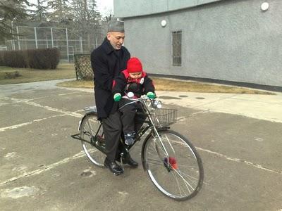 دوچرخه سواری رئیس جمهور افغانستان(حامد کرزای) همراه با پسرش