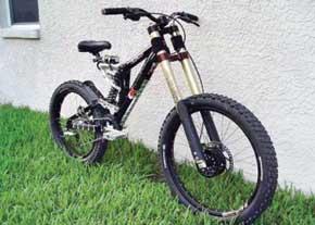 دوچرخه 105 دندهاي كمك فنردار با زنجيركش جديد توسط دو مخترع جوان ايراني طراحي و ساخته شد.