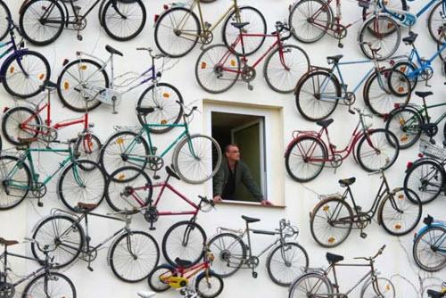 تصویر پارک دوچرخه ها بر روی دیوار