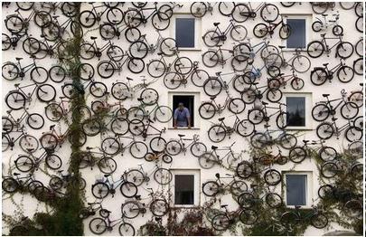 تبلیغ جالب توجه دوچرخه روی فروشگاه دوچرخه